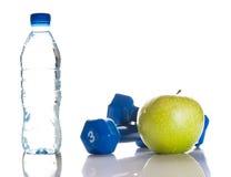 Domoren, groene appel en een fles zoet water Stock Foto