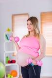 Domoren van een de zwangere vrouwenholding Stock Foto's
