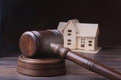 Domowa aukcja, aukcja młot, symbol władza i miniatura dom Sala sądowej pojęcie Fotografia Stock