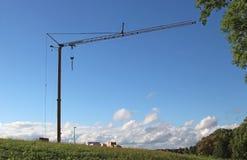 Domowa budowa z żurawiem na łące Zdjęcia Stock
