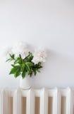 Domowa dekoracja, świeże peonie w białym wygodnym izbowym wnętrzu z Obraz Stock