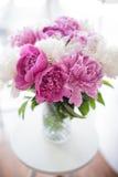 Domowa dekoracja, świeże różowe peonie na stolik do kawy w białym roo Zdjęcia Stock