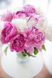 Domowa dekoracja, świeże różowe peonie na stolik do kawy w białym roo Obraz Royalty Free