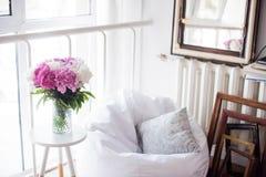 Domowa dekoracja, świeże różowe peonie na stolik do kawy w białym roo Zdjęcie Royalty Free