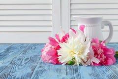 Domowa dekoracja, świeże różowe peonie na stolik do kawy w białym roo Obraz Stock