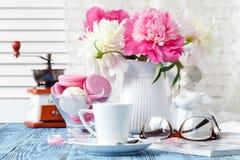 Domowa dekoracja, świeże różowe peonie na stolik do kawy w białym roo Zdjęcie Stock