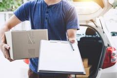 Domowa doręczeniowa usługa i działanie z usługowym umysłem, deliveryman zdjęcia royalty free