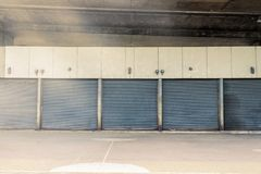 domowa drzwiowa metal rolka stara retro Pod mostem obraz stock