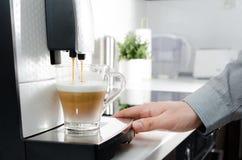 Domowa fachowa kawowa maszyna z cappuccino filiżanką Fotografia Stock