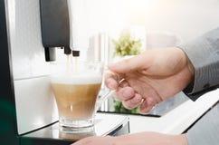 Domowa fachowa kawowa maszyna z capuccino filiżanką Fotografia Stock