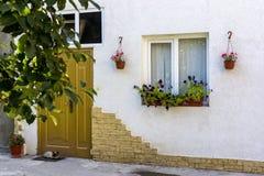 Domowa domowa fasada dekorująca z naturalnymi kwiatami Obrazy Royalty Free