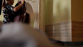 Domowa garderoba lub sklep odzieżowy, przebieralnia Młoda kobieta wybiera jej moda strój odziewa w szafie w domu lub zdjęcie wideo