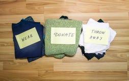 Domowa garderoba z różnymi rzeczami odzież Sezonowy odziewa sortować Mała astronautyczna organizacja obraz royalty free