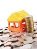 Domowa modela i sterty moneta na dużo ukuwa nazwę tło Obrazy Stock