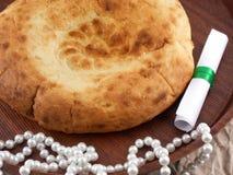Domowa piekarnia, chleb na drewnianym talerzu z perłami i zaproszenie ca, Zdjęcia Royalty Free