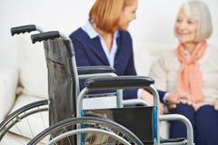Domowa pielęgnacja dla starszej kobiety z wózkiem inwalidzkim obraz royalty free