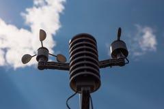 Domowa pogodowa stacja na tle niebieskie niebo z słońcem za chmurami Pomiar temperatury, wilgotności i wiatru dir, fotografia stock
