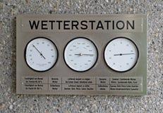 Domowa pogodowa stacja z czytelnikiem dla wodnego opary w atmosferze, atmosferycznym nacisku i temperaturze, Obraz Stock
