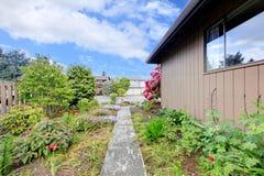 Domowa powierzchowność Widok ściana z kwiatu łóżkiem Zdjęcia Stock