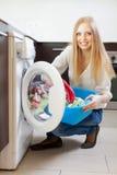 Domowa pralnia. Szczęśliwy kobiety ładowanie   pralka Obraz Stock