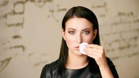 Domowa twarzy opieka Dziewczyna usuwa makeup Kobiety ręka z ochraniaczem Skóra czysta z bawełną zdjęcia stock