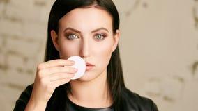 Domowa twarzy opieka Dziewczyna usuwa makeup Kobiety ręka z ochraniaczem Skóra czysta z bawełną obraz royalty free