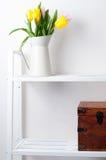 Domowa wewnętrzna dekoracja: bukiet tulipany i pudełko Obrazy Stock