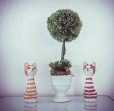 Domowa Wewnętrzna dekoracja ceramicznym kotem Fotografia Stock