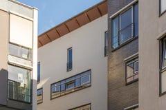 Domowe fasady blisko budujący nowożytni budynki mieszkalni obrazy stock