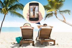 Domowe kamery bezpieczeństwa przeglądać na telefonie komórkowym zdjęcie royalty free