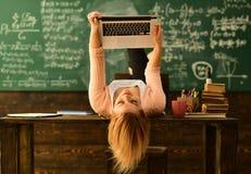 Domowego adiunkta pomaga chłopiec z studiami używać nowożytnego laptop, Życzliwego nauczyciela i dorosłego uśmiechniętego ucznia, zdjęcia royalty free