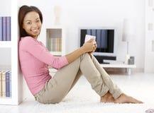 domowego kubka portreta ładna herbaciana kobieta zdjęcia stock