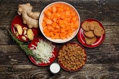 Domowego kucharstwa bani polewka Kawałki bania na desce, ziarnach i składnikach dla polewki, Obraz Royalty Free