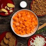 Domowego kucharstwa bani polewka Kawałki bania na desce, ziarnach i składnikach dla polewki, Obrazy Stock