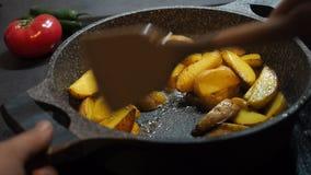 Domowego kucharstwa tło tłusty jedzenie Apetyczne nieociosane żółte unpeeled grule gotować z oliwą z oliwek smażyli w niecce zdjęcie wideo