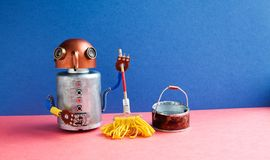 Domowego robota cleaner żółty kwacz, wiadro woda Życzliwego mechanik zabawki charakteru cleaning mopping pokój Błękit ściany menc fotografia stock