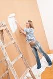 domowego ulepszenia obrazu ściany kobieta obrazy stock
