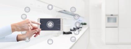 Domowej automatyzaci ręki dotyka telefonu mądrze ekran z symbolami na ki Obrazy Royalty Free