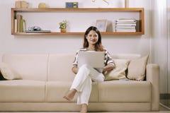 domowej kobiety pracujący potomstwa obraz stock