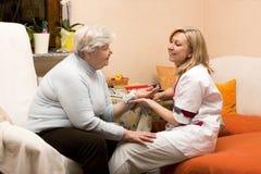 domowej pielęgniarki starsza wizyta Obrazy Stock