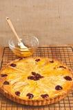 Domowej roboty, świeżo piec bonkrety cranberry tarta z migdałami chłodzi na drucianym deaktywacja stojaku, fotografia royalty free