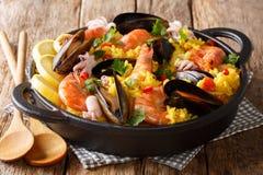 Domowej roboty świeżo przygotowany paella z królewiątko krewetkami, mussels, ryba obrazy royalty free