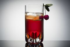 Domowej roboty świeży czereśniowy sok w przejrzystym szkle z lodową i świeżą wiśnią Gradientowy tło fotografia royalty free