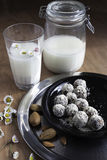Domowej roboty świeży migdału mleko z domowej roboty migdałowym deserem Fotografia Stock
