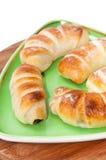 Domowej roboty świezi croissants na zielonym trójgraniastym talerzu Obraz Stock