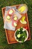 Domowej roboty świezi soleni ogórki i kanapki z kiełbasą Zdjęcia Royalty Free