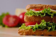 Domowej roboty apetyczna kanapka na drewnianej desce, w górę zdjęcie stock