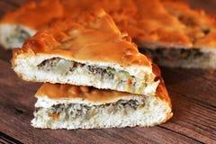 Domowej roboty australijski mięsny kulebiak na drewnianym stołowym zbliżeniu Obraz Royalty Free