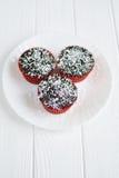 Domowej roboty babeczki z czekoladowym glazerunkiem i koksem Zdjęcia Royalty Free