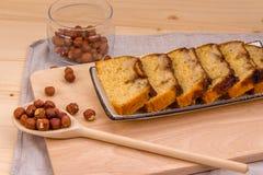 Domowej roboty banana tort z hazelnuts na bieliźnianej pielusze Fotografia Stock